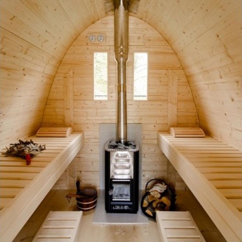 particolare interno sauna con stufa a legna